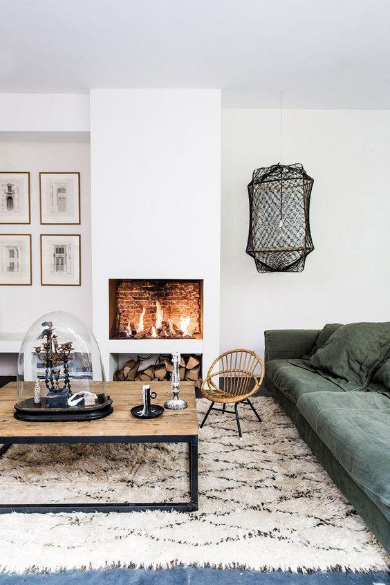 Aménagement du salon avec un canapé devant une cheminée