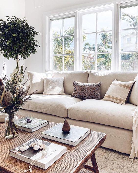 Aménagement du salon avec un canapé devant une fenêtre
