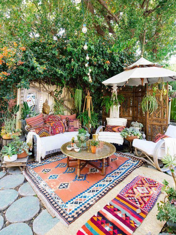 salon de jardin oriental avec verdure