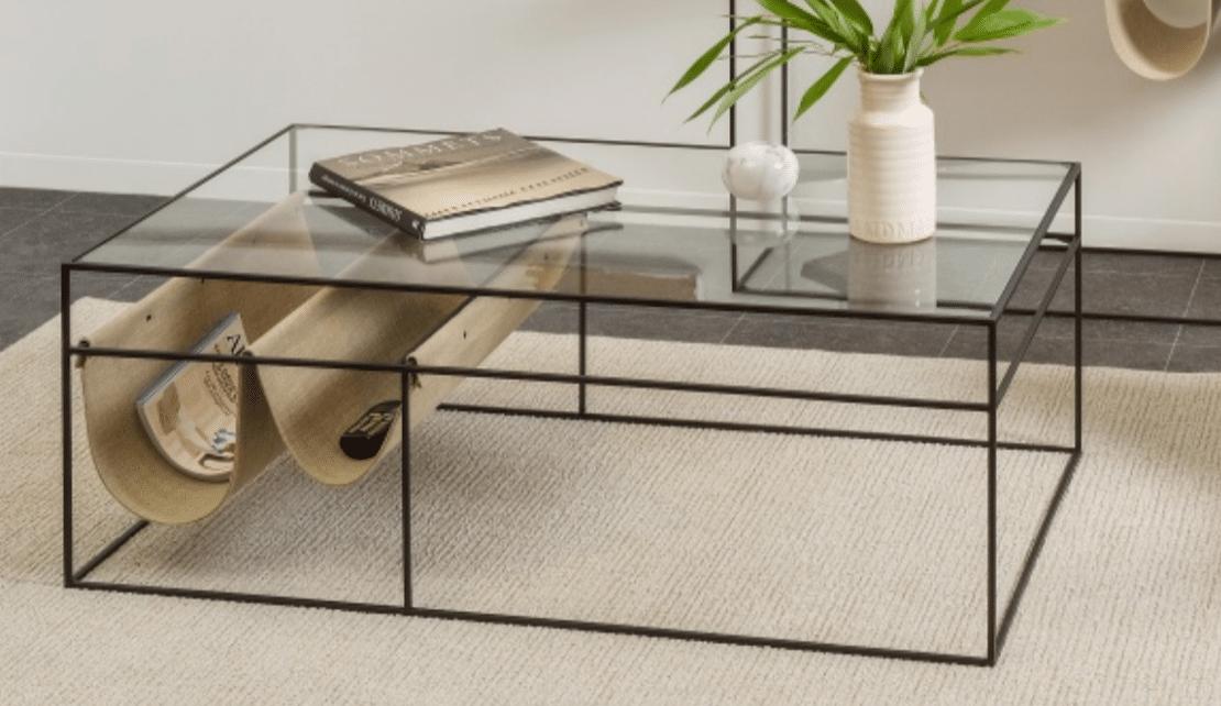 Table basse en verre et pieds noirs